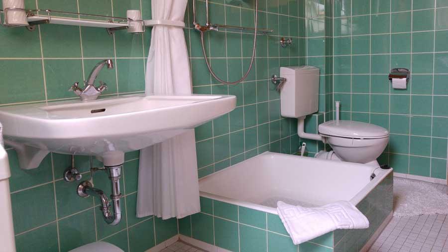 WC & Duschbad:     Extra Waschbecken für Handwäsche