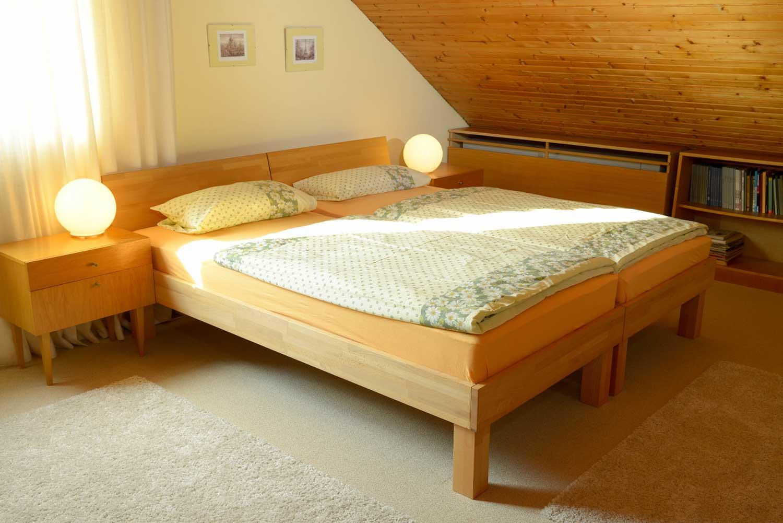 Schlafen 3:     2 x Einzelbett, Matratze 90 x 200 cm / Bettdecken 135 x 200 cm / Kissen 40 x 80 cm