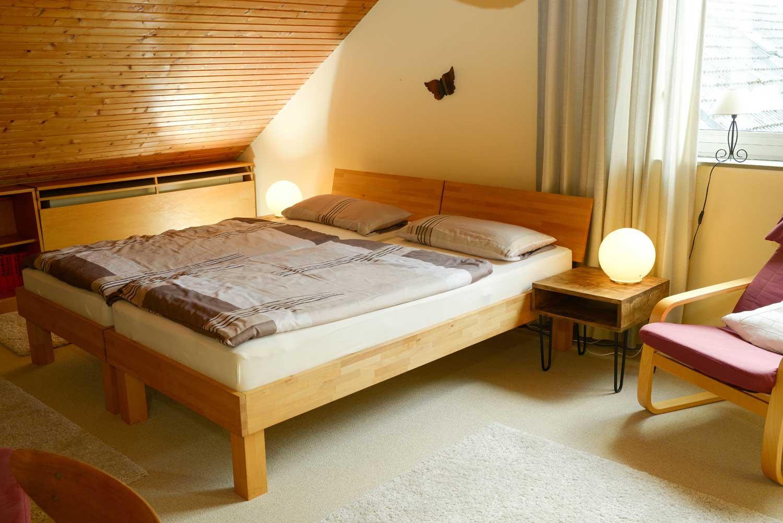 Schlafen 2:     2 x Einzelbett, Matratze 90 x 200 cm / Bettdecken 135 x 200 cm / Kissen 40 x 80 cm