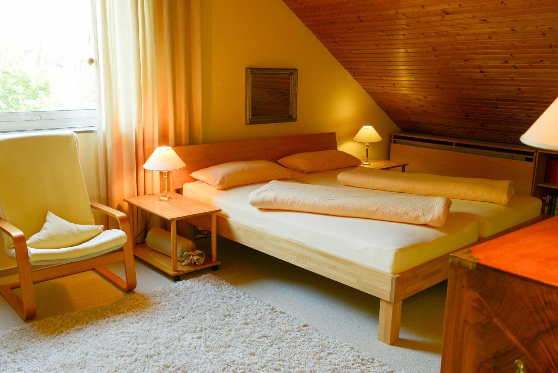 Schlafen 1:     2 x Einzelbett, Matratze 90 x 200 cm / Bettdecken 135 x 200 cm / Kissen 40 x 80 cm