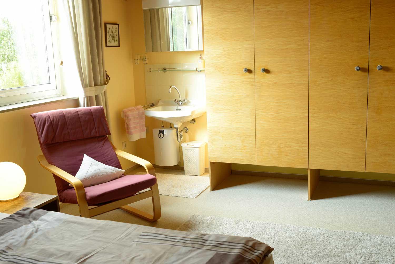 Schlafen 2:     Waschgelegenheit im Zimmer