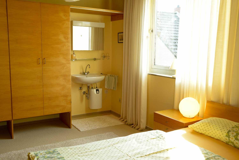 Schlafen 3:     Waschgelegenheit im Zimmer